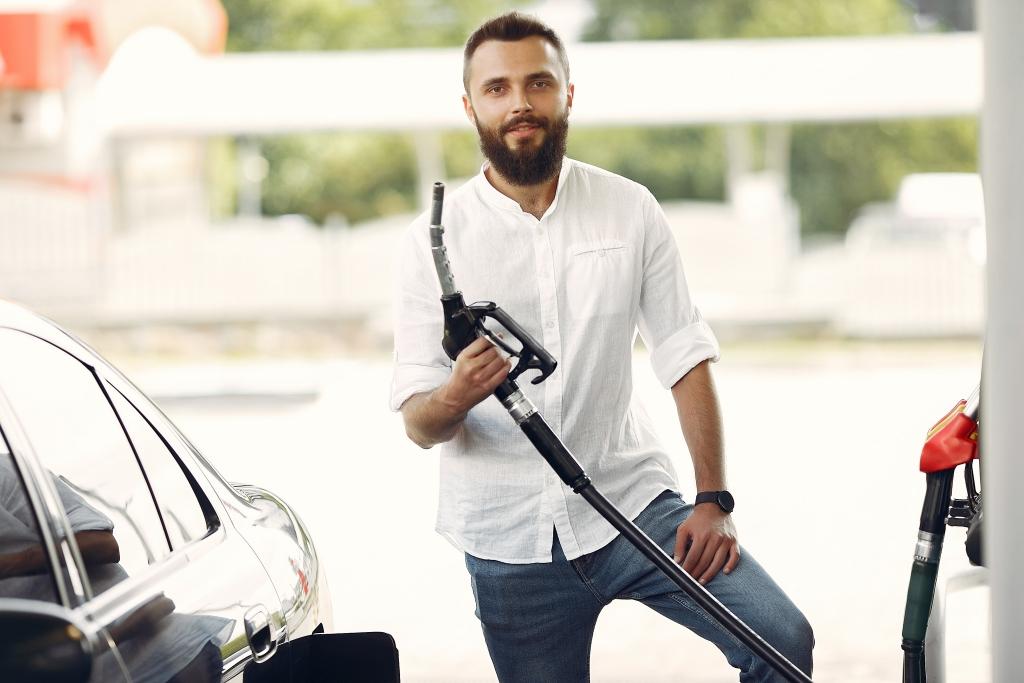 6 تقنيات لتوفير المزيد من الوقود | العماد لتأجير السيارات