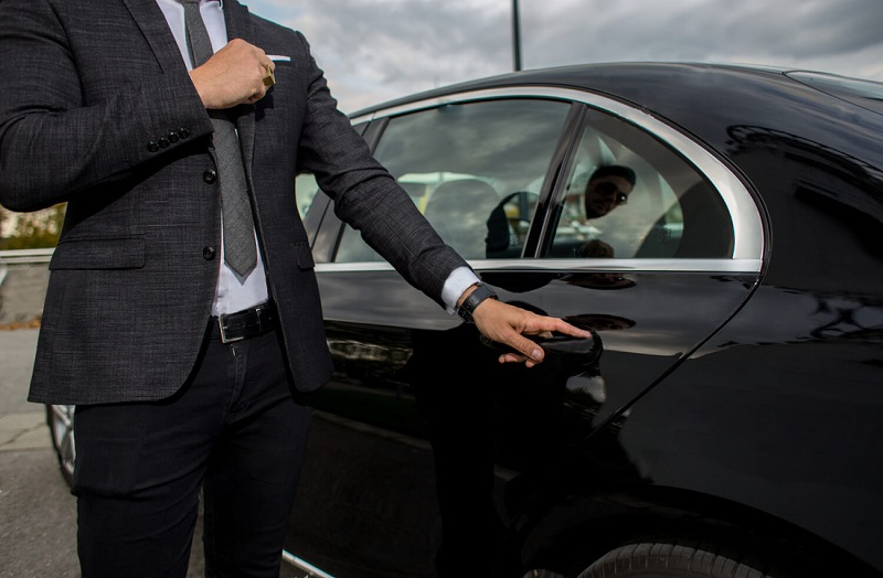 Benefits of renting a car with driver in Dubai